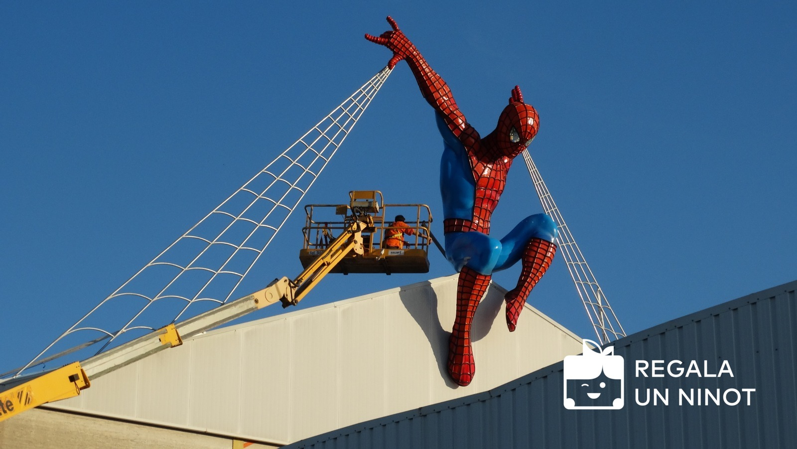 spiderman-pere-baenas-taller-fallero-regala-un-ninot-1